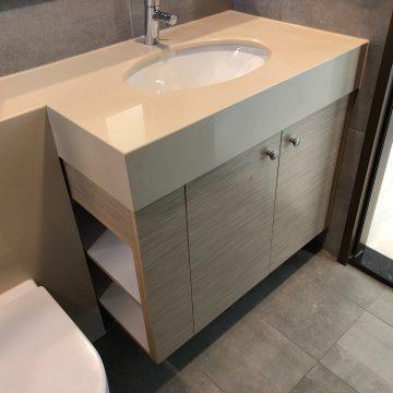 建商原有檯面面盆,訂製浴櫃,為浴室增加收納空間
